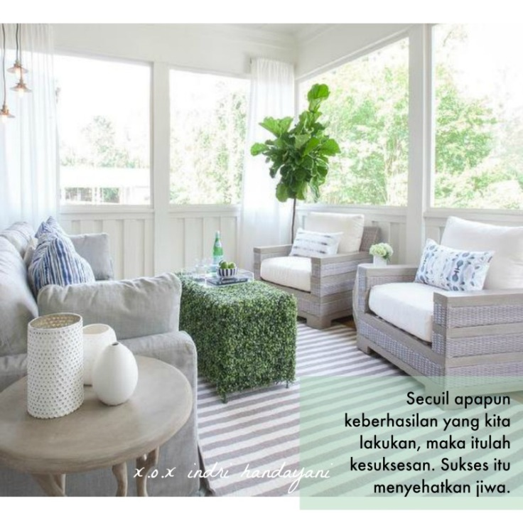 white-sunroom-curtains-gray-wicker-chairs-striped-rug-fiddle-leaf-fig